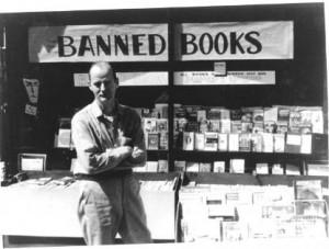 Ferlinghetti voor sy boekwinkel in San Francisko