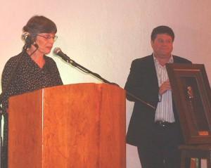 Alida Potgiete & Nicol Stassen tydens die oorhandiging van die Proteaprys vir Poësie. Alida het die prys namens Breyten Breytenbach in ontvangs geneem.