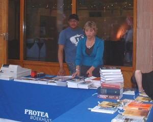 Personeel by die Protea boekwinkel stalletjie