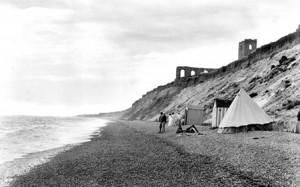 'n Uitstappie strand toe, Dunwich 1909. Die ruines sigbaar op die foto het dekades gelede al verdwyn.