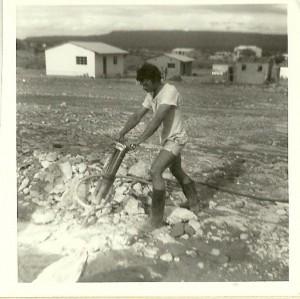Konstruksiewerker tydens vakansie in Kaokoland. 1973