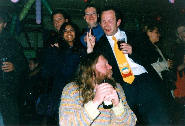 Laat-1990s. 'n Tipiese aand in die Abelarde Sanction. Ockert Greeff met die Bart Simpson-das. Agter ons staan Chris Bolsmann, Marcelle Dawson en Karl Gostner.