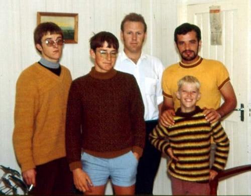 Saam met sy 4 broers in 1971 [Bernard staan 2e v.l.]