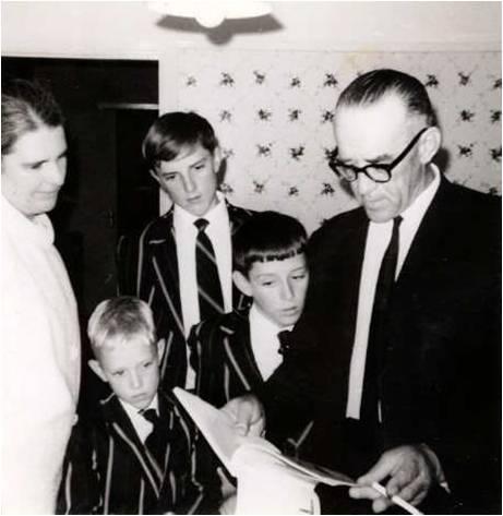 Na 'n skoolprysuitdeling. Bernard onder sy pa se blad. 1965