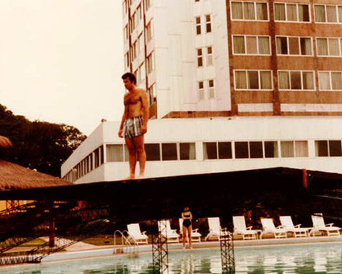 By 'n hotelswembad in Suid-Amerika. 1981