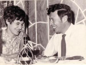 Saam met dramaturg & uitgewer Bartho Smit, tydens die viering van die debuutbundel in 1971.