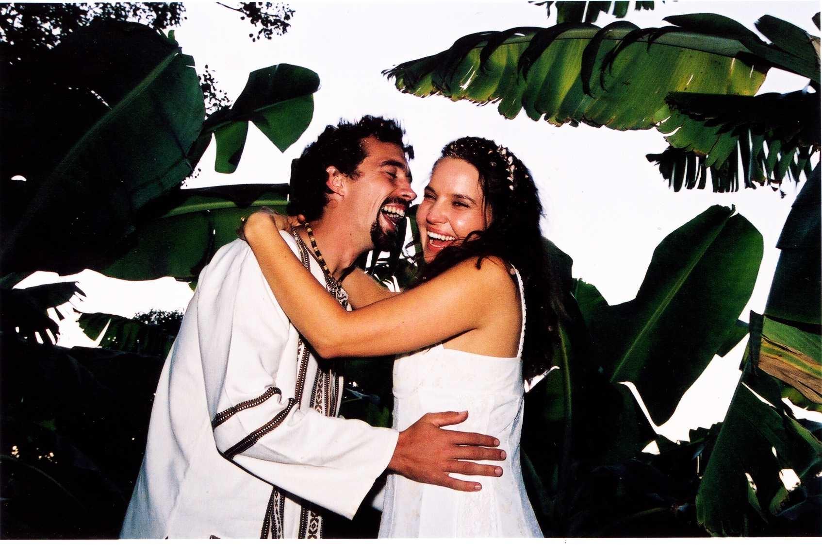 Carina & Gerrit van Niekerk met hulle troufees in 2003, op die plaas waar sy grootgeword het.