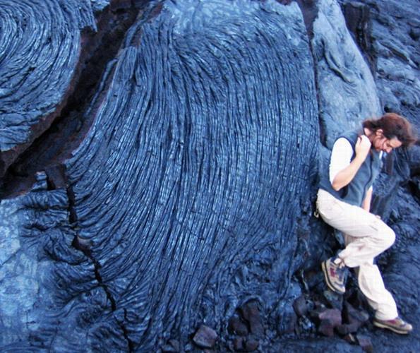 In 2008 in Hawaii vir werk. Hier stap Carina in 'n vulkaankrater met lawarots.