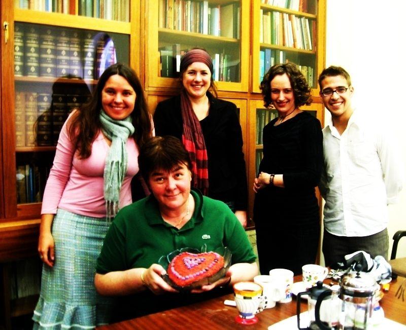 Hier saam met Prof Joan Hambidge op haar 50ste verjaarsdag. Agter van l. na r. : Carina, Lou-Ann Stone, Martina Klopper en Fourie Botha, almal studente in Kreatiewe Skryfwerk by UCT. 2005