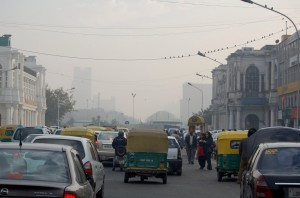 'n Normale dag se rookmis en verkeer in Connaught Place