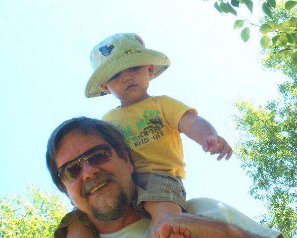 Oupa saam met Xander, kleinseun aan Marlise se kant. 2010