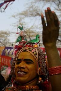 Geelgeverfde eunug-danser by die Sarajkund kunshandewerkfees