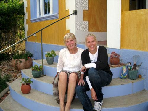 2009. Op voortrap van haar huis op Montagu. By Marike, oorlede sus Kiki se dogter, wat in Doebaai werk as lugwaardin vir die lugdiens van die Arabiese Emirate.