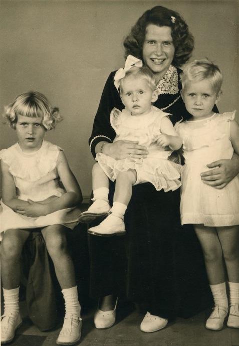 Ousus Jetske is links, Kiki (Grietjie) sit op Ma Grietje se skoot en Jelleke (4 jr oud) staan regs.