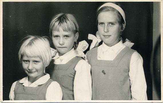 Oktober 1963. Jelleke is 9 jaar oud en in st. 2 in Juffrou De Wet se klas. Sy het skelmpies in die meisiestoilette gerook. Links is Kiki (gr. 2) en regs Jetske (st. 4).