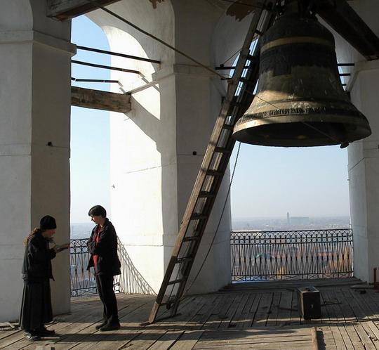 Melanie in gesprek met 'n priester in die Russiese platteland
