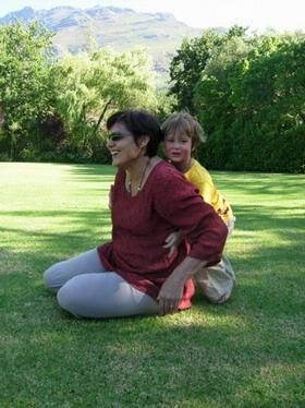 Melanie met kleinkind, Milan, wat gevaarlik sokker speel