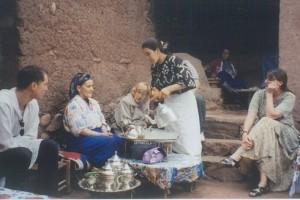 'n Berber tee-seremonie in die Atlasberge. Marokko. Melanie regs.