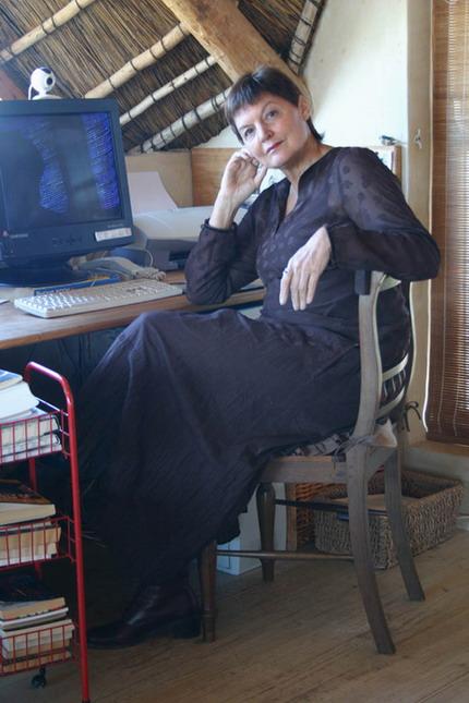 Melanie in haar skryfkamer, Waterblommetjies, Pringlebaai. Foto: Dine van Zyl