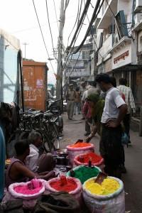 Ppoeierkleur-verkopers wag vir kliente in Chandni Chowk, in Ou Delhi.