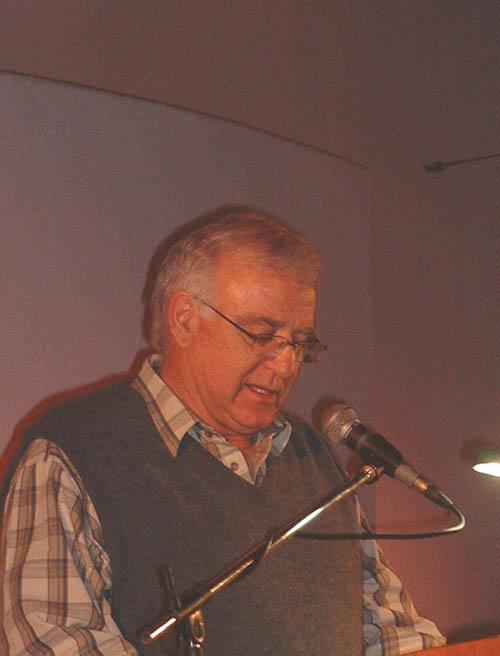 Bernard Odendaal gee sy voorlesing van gedigte