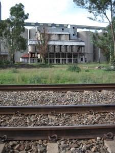 Ou graansuier langs die treinspoor