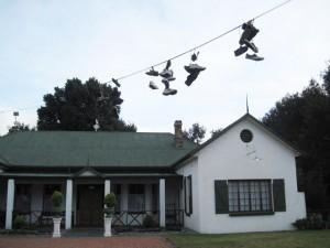 Val Hotel, met skoene oor die telefoondraad