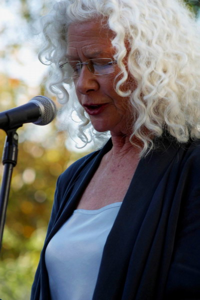 Antoinette Kellermann lees voor uit digters se werk