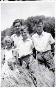 Meyer (middel) in die Noord-Kaapse koringlande saam met ma, Judith; jonger sussie Miems en ouer boetie Theunis. Voor: bure se kleinseun, Frikkie [circa 1953].