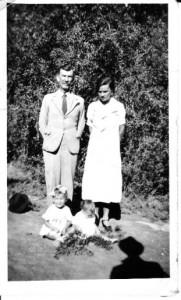Meyer se ouers saam met die oudste twee van sewe kinders [circa 1932].