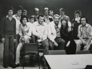 Meyer (voor, derde van links) gedurende sy televisieklankman-dae. Die bekende Amerikaanse sanger, Rod McKuen sit regs van hom [circa 1977].