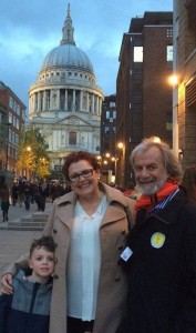 Meyer, saam met Lorraine, sy vrou, en kleinseun Logan, in Londen met St. Paul's Cathedral in die agtergrond [2014].