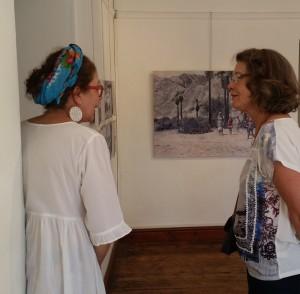 Anne-Ghrett Erasmus, kurator van die uitstalling, in gesprek met Annelie Venter