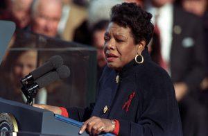Maya Angelou tydens die 1993 presidensiële inhuldiging. (Foto: Mark Lennihan / AP)
